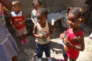 donation-petits coeurs-cuba-enfants-pauvres- havane 2013-calle-niños mantilla)