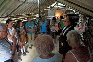 bénédiction du Pére eduardo aux familles das la chapelle Marie