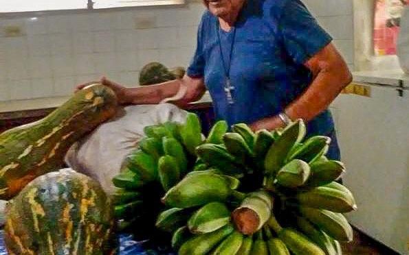 DONATION DE FRUITS ET LÉGUMES DE NOTRE CENTRE MISÉRICORDE, AUX PERSONNES ÂGÉES DE LA PAROISSE DE BEJUCAL A CUBA.