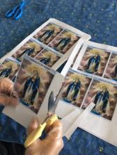preaparation pour distribution des medailles miraculeuses-scapulaire de Marie.jpg5