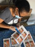 preaparation pour distribution des medailles miraculeuses-scapulaire de Marie.jpg6