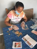 preaparation pour distribution des medailles miraculeuses-scapulaire de Marie