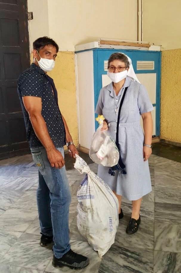 Distribution médicament petits coeurs de Cuba centre Miséricorde divine Cuba.2